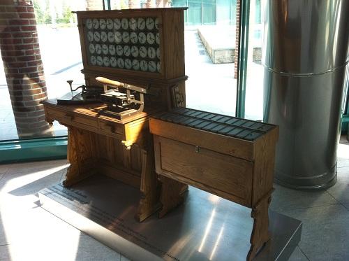 machine à fabriquer les cartes perforées par IBM